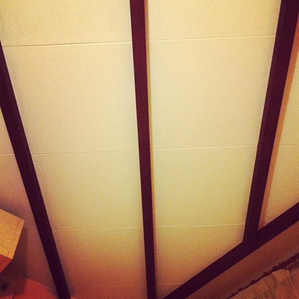 C'era un angolo nel soffitto di quella casa che aveva un andamento innaturale e bizzarro.#catalognafrancese#solotour