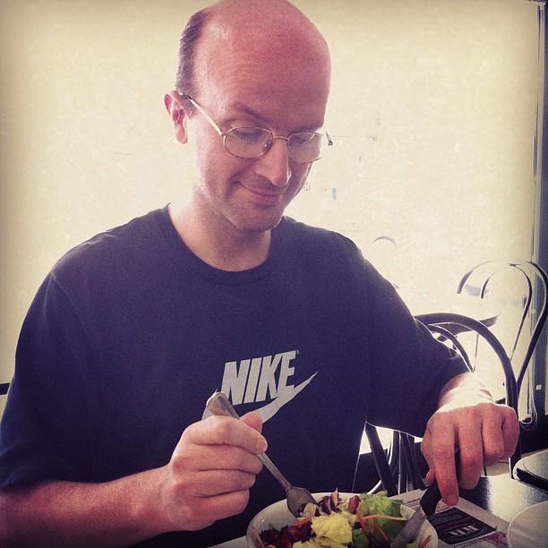 Un nerd che mangia l'insalata.Mica una cosa da tutti...#rinaldo