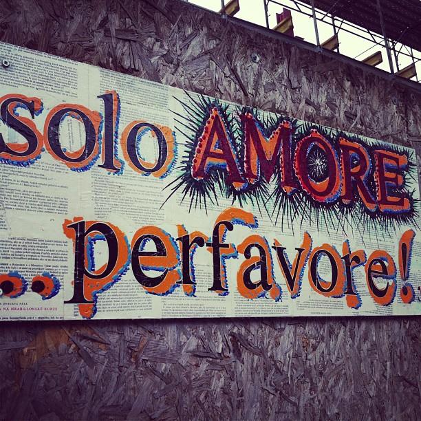 Scritte importanti sui muri.#prato