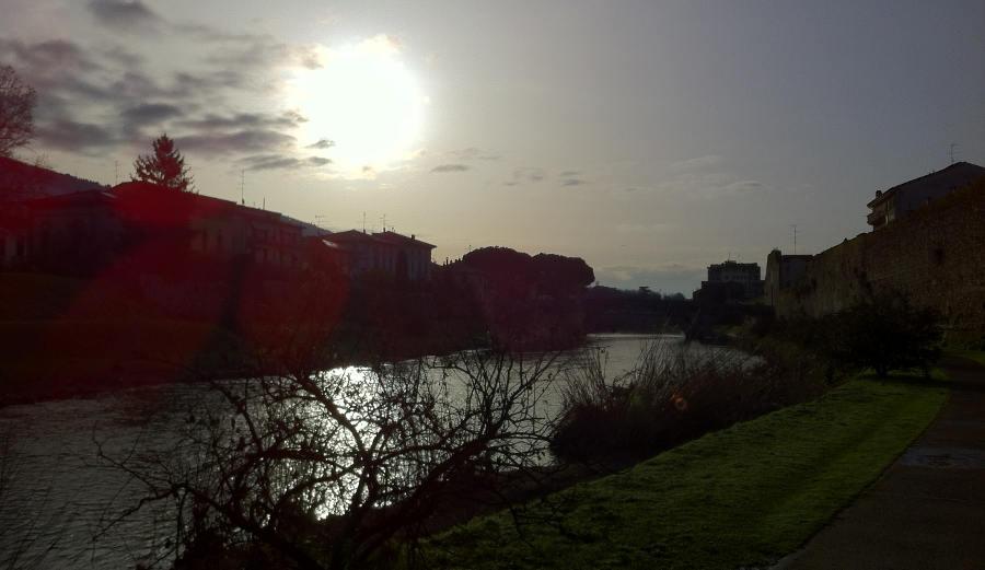 Contro sole lungo il Bisenzio a Prato